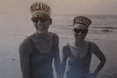 1993-Beach-volleybal-Claire-Paterson-en-Simone-Kooy-na-de-traditionele-duik-in-zee-voor-de-winnaars-van-de-Masters-1993