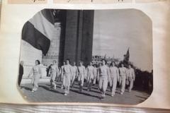 1951-Europese-Volleybal-Kampioenschap-Parijs-Damesteam-lopend-onder-Arc-de-Triomphe