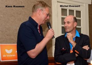 Kees Koomen in gesprek met Michel Everaert tijdens de bijeenkomst van de Volaren, een club bestaande uit ex-internationals en bondscoaches die op hoog niveau in de Nationale teams van indoor, beachvolleybal of zitvolleybal hebben gespeeld en/of gecoacht