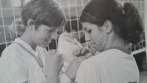 Uitwisselen van speldjes Nederland-Bulgarije EK 1969