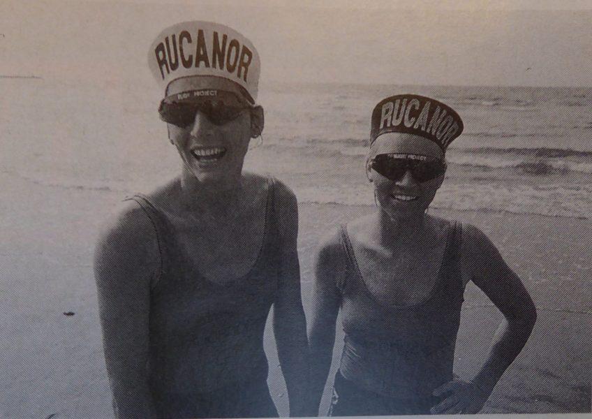 1993 Beach volleybal Claire Paterson en Simone Kooy na de traditionele duik in zee voor de winnaars van de Masters 1993